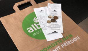 Albert potiskuje účtenky z obou stran, snižuje tak spotřebu papíru
