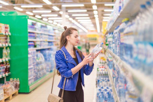 Průzkum CVVM: Většina lidí neřeší, v jakém obalu kupuje potraviny