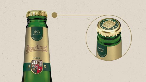 Ikonická lahev Pilsner Urquell se mění. Hliníkovou folii nahradí plně recyklovatelná zlatá etiketa