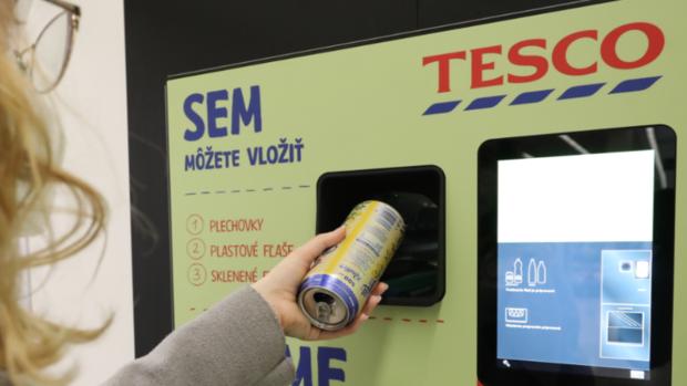 Tesco spustilo novinku: Prvý automat na vrátenie PET fliaš a plechoviek
